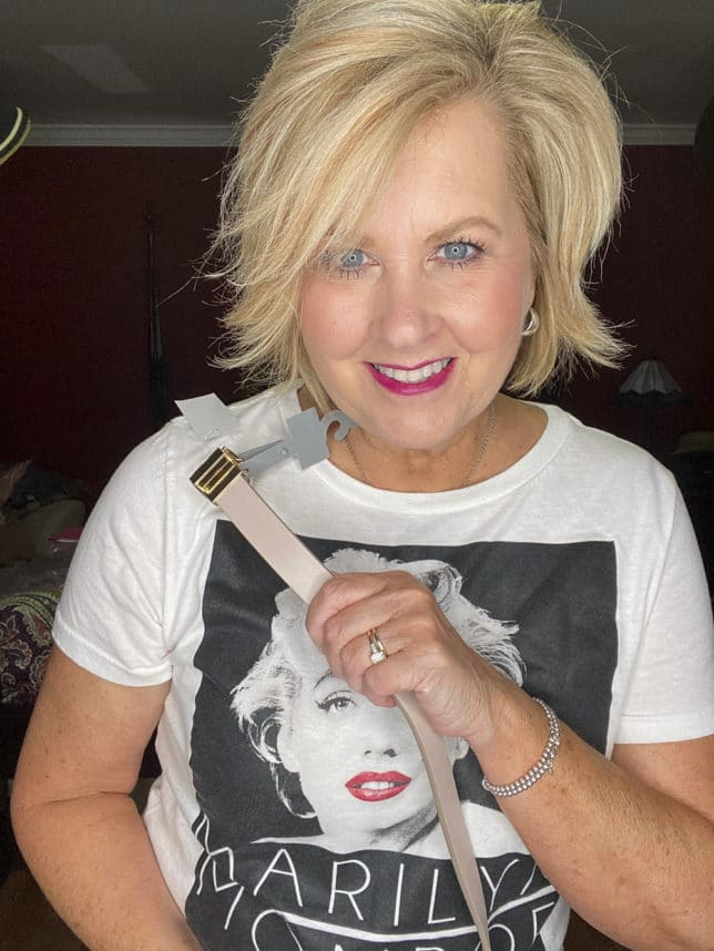 Fashion Blogger showing a pink belt from Loft while wearing a Marilyn Monroe t-shirt