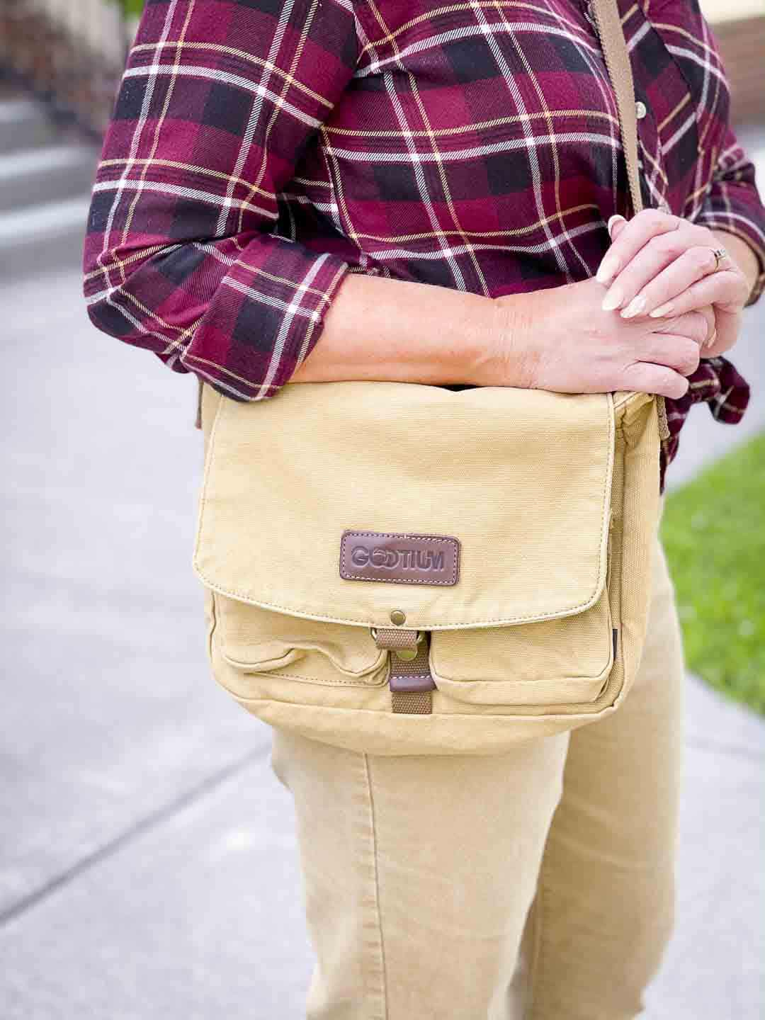 Over 40 Fashion Blogger, Tania Stephens is showing a canvas messenger bag