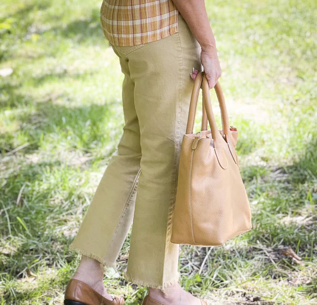 Over 40 Fashion Blogger, Tania Stephens, looks casual cropped jeans and flats